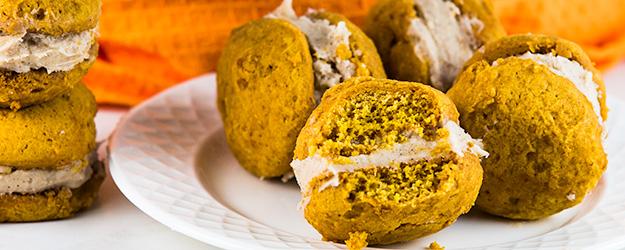pumpkin whoopie pies cinnamon cream cheese frosting 1